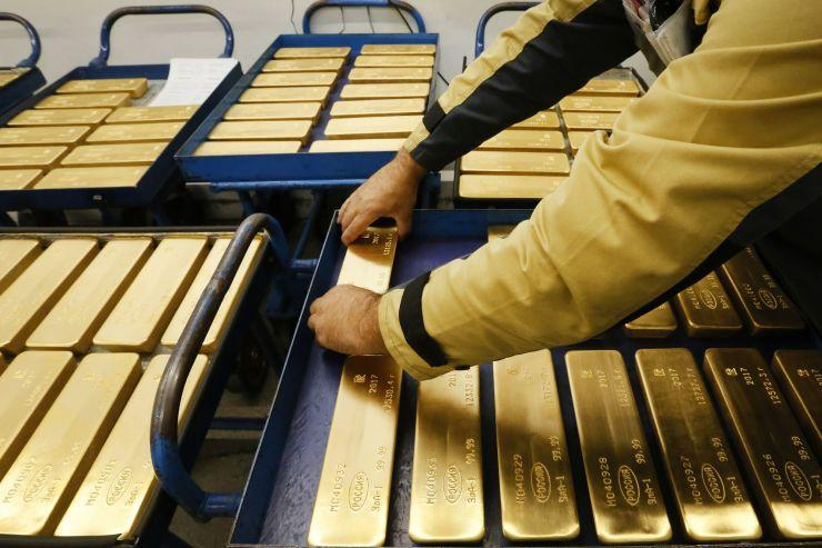 Gold sheds over 1% as bets for big Fed rate cut fade